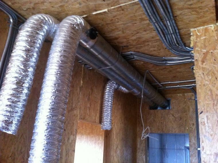 Трубы под потолком